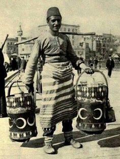 A drinkseller from Ottoman Empire.  /Osmanlı döneminde bir içecek satıcısı. Üzerinde afiyet olsun yazıyor. /