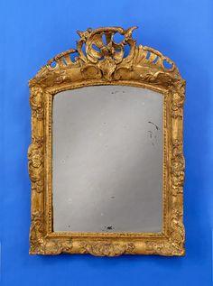 Duesseldorfer Auktionshaus  Spiegel 18. Jhdt. Zum Teil durchbrochen geschnitzter Rahmen. Vergoldet. H 98 cm, B 68 cm