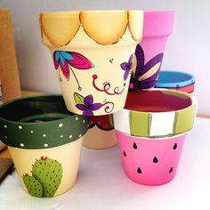 Flower Pot Art, Flower Pot Design, Flower Pot Crafts, Clay Pot Crafts, Clay Pot Projects, Painted Plant Pots, Painted Flower Pots, Painted Pebbles, Pots D'argile