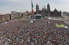 Multitud en el Zócalo de la capital mexicana viendo el partido de la selección nacional de México con Holanda en Brasil 2014, el domingo 29 de junio.