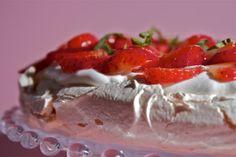 Una spessa base di meringa, abbondante panna montata, frutta fresca: la pavlova
