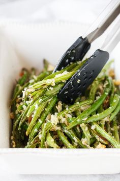 Roasted Parmesan Green Beans- delicious fresh green beans are roasted with a crunchy mixture of parmesan cheese and panko bread crumbs. They make the perfect side dish for any meal. Parmesan Green Beans, Roasted Green Beans, Parmesan Asparagus, Broccoli Cheddar, Veggie Recipes, Cooking Recipes, Healthy Recipes, Healthy Green Vegetable Recipes, Yummy Recipes