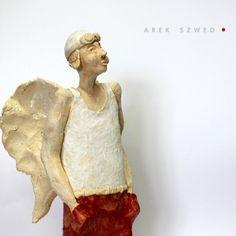 Anioł w czerwonych spodniach, Ceramiczna figurka wykonana ręcznie z jasnej gliny. wysokość około 32 cm. Ceramika Arek Szwed