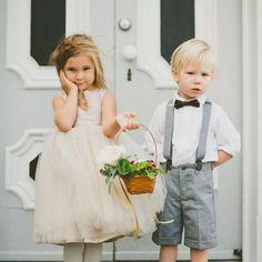 """""""#Inpiração #Pajens #Daminhas  Origem: O cortejo de damas e pajens em casamentos teve origem na Idade Média, quando as crianças vestiam suas melhores roupas para esperar a chegada da noiva na entrada da vila. Ao avistarem a carroça, colhiam flores, avisavam aos moradores sobre o início da cerimônia e corriam para a igreja. Nessa época, era comum a noiva ser acompanhada até a igreja não somente pelas crianças, mas também pelos moradores que iam recebendo o anúncio de sua chegada.  Não há como…"""