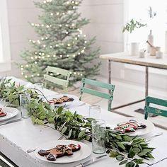 Beautiful Christmas Table & Tree via Dreamy Whites Natural Christmas, Noel Christmas, Country Christmas, Beautiful Christmas, Winter Christmas, Vintage Christmas, Simple Christmas, Christmas Mantles, Magical Christmas