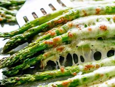 Even non-asparagus fans LOVE this recipe! Cheesy Garlic Roasted Asparagus tastes absolutely amazing…the whole family gets behind this one. roasted asparagus The easiest way to get asparagus into your diet … Oven Roasted Asparagus, Asparagus And Mushrooms, Asparagus Recipe, Asparagus Spears, Grilled Asparagus, Healthy Dishes, Healthy Recipes, Healthy Drinks, Diet Recipes