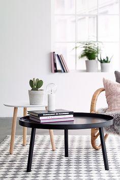 Sofabord i moderne skandinavisk design med kant rundt . Plate av MDF og bøytre. Ben av massivt tre. Ø 79 cm. Høyde 40 cm. Bordkantens høyde 2,5 cm. Leveres umontert.