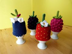 "Häkelanleitung Eierwärmer-Set ""Beeren-Quartett"" Crochet Egg Cozy, Crochet Food, Easter Crochet, Crochet Kitchen, Crochet For Kids, Crochet Hats, Yarn Crafts, Diy And Crafts, Vintage Egg Cups"