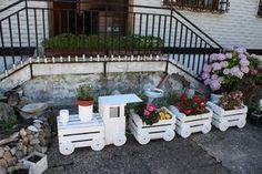 Consiga algunos cajones de fruta y haga este original adorno para el jardín y de paso, reciclamos ...   ...