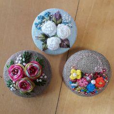 Смотрите это фото от @thtymom на Instagram • Отметки «Нравится»: 442 Embroidery Motifs, Embroidery Patterns Free, Silk Ribbon Embroidery, Floral Embroidery, Cross Stitch Embroidery, Diy Buttons, Brazilian Embroidery, Fabric Jewelry, Embroidery Techniques