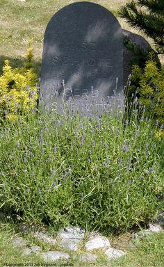 På Raabjerg Kirkegård herunder ligger Axel Schiøtz og Gerd Schiøtz (f. Haugsted). Axel var en berømt international og national sanger. Gerd var bl. a. forfatter.