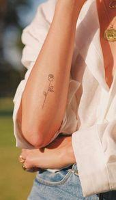Minimalistische einfache Rose Umriss Unterarm Tattoo-Ideen für Frauen  Ideen de tatuaje Yellow Rose Tattoos, Rose Tattoos For Men, Tattoos For Guys, Simple Tattoos For Women, Small Rose Tattoos, Cute Simple Tattoos, Little Tattoos, Mini Tattoos, Flower Tattoos