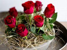 Ikiklassiset ruusut sopivat myös meriheinän ja saven seuraan. Rouheat materiaalit korostavat ruusujen kaunista, samettista hehkua. Ruusut on aseteltu astian kokoiseen oasissieneen ja kukkien välit on peitelty meriheinällä.