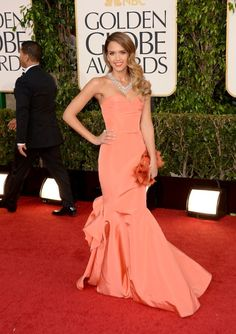 Jessica Alba - Golden Globes 2013 Red Carpet - melon silk Oscar de la Renta gown paired with Harry Winston jewelry and a Roger Vivier clutch Vestido Strapless, Strapless Dress Formal, Roger Vivier, Vestidos Color Melon, Street Style Jessica Alba, Red Mermaid Dress, Beautiful Dresses, Nice Dresses, Amazing Dresses