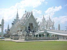Voyagez dans le temps et laissez place à votre imagination lors de votre séjour au Laos, le pays aux 1000 éléphants. Découvrez les traditions ancestrales laotiennes et partez en expédition au milieu de sa jungle dense abritant des cascades enchanteresses.