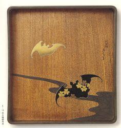 流水蝙蝠角盆   美しい欅(けやき)の木目に、吉祥文様の蝙蝠が映える粋な作品です。