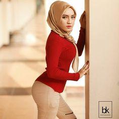 Girl in Hijab Beautiful Hijab Girl, Beautiful Muslim Women, Beautiful Asian Girls, Hijab Jeans, Simple Hijab, Muslim Women Fashion, Muslim Beauty, Hijab Fashionista, Iranian Women