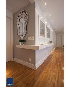 """Hall de entrada minimalista porém sofisticado. Conta com um espelho veneziano DIVO e um aparador, com pouca profundidade, que """"dobra""""…"""