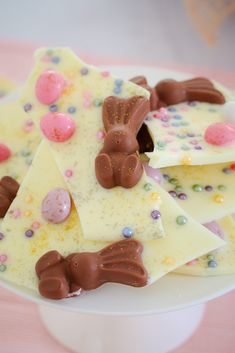 White Chocolate & Malteser Bunny Bark with mini Easter eggs… 5 minutes prep time… 4 ingredients… a totally delicious Easter treat! Chocolate Malteser, Chocolate Bark, White Chocolate, Dessert Chocolate, Easter Chocolate, Easy Easter Recipes, Baking Recipes, Dessert Recipes, Australian Food