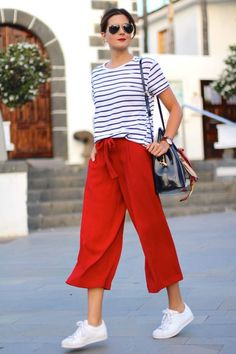 Red Sneakers Outfit, How To Wear Sneakers, Sneakers Fashion Outfits, Mode Outfits, Casual Outfits, White Sneakers, Women's Casual, Cullotes Outfit Casual, Biker Outfits