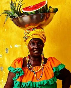 Palenquera in Cartagena, Colombia Art Afro, Caribbean Culture, World Of Color, World Cultures, People Around The World, African Art, African Dance, Belle Photo, Wonders Of The World