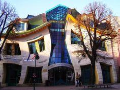 """The Crooked House (Sopot, Polonia), la """"casa accartocciata"""" è uno dei siti più visitati dal turisti ed è un omaggio all'autore di libri per bambini Jan Marcin Szancer"""