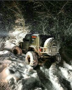 Jeep off-roading in the snow Jeep Commander, Jeep 4x4, Jeep Truck, Jeep Garage, Jeep Willys, Jeep Cars, Jeep Wranglers, Badass Jeep, Offroader