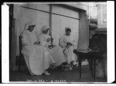 15-8-14, trois infirmières de la croix rouge anglaise tricotant les vêtements pour les soldats à Bruxelles : [photographie de presse] / [Agence Rol] | Gallica