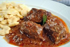 Hovězí na korsický způsob s domácími těstovinami orrechiette. Křehké maso s báječnou omáčkou... No Salt Recipes, Beef Recipes, Snack Recipes, Cooking Recipes, Healthy Recipes, Czech Recipes, Ethnic Recipes, Bistro Food, Modern Food