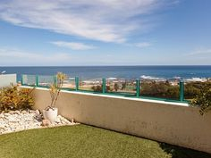 Nautica Vista - Nautica Vista is situated in the affluent suburb of Clifton, overlooking the spectacular Atlantic Ocean.The two-storey apartment, which has three bedrooms, features an open-plan fully equipped kitchen .