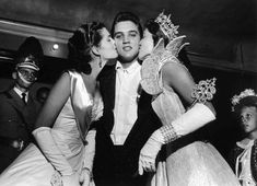 Maid of Cotton Patricia Cowden (left) and Memphis Cotton Carnival Queen Clare Mallory gave Elvis Presley royal kisses just before the rock and roll singer walked on stage before a packed Ellis Auditorium audience on the night of May 1956 Elvis And Me, Elvis Presley Pictures, Nostalgia, Young Elvis, Lisa Marie Presley, Chuck Berry, Graceland, Latest Music, Beauty Queens
