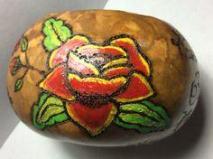 Flor pirograbada pintada a mano en una jícara