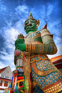 Voyages, trade marketing, séminaire, incentive, jeux-concours. Ailleurs Communication http://www.ailleurscommunication.fr Giant statue at Wat Arun - Bangkok, Thailand http://www.versionvoyages.fr