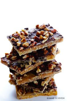 5-Ingredient Graham Cracker Toffee | gimmesomeoven.com #chocolate #dessert