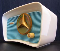 1950s two-toned Travler ivory and aqua Bakelite table model tube radio with gold accents