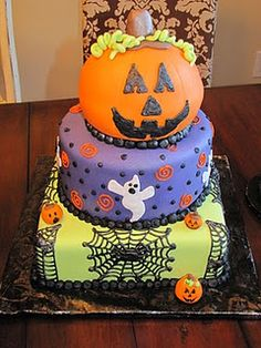 BEST Halloween Cake ever! I love Halloween and seriously need to learn how to make this. Cake for mom Gateau Theme Halloween, Pasteles Halloween, Fröhliches Halloween, Halloween Cakes, Halloween Birthday, Holidays Halloween, Halloween Treats, Pretty Halloween, Favorite Holiday