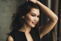 фотосессия в студии в москве: девушка в черном платье с красными губами фото