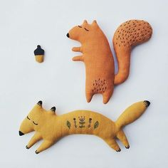 Embroidered plush toys, Fox and Squirrel Stoffpuppen Softies, Felt Crafts, Kids Crafts, Diy For Kids, Sewing For Kids, Mini Bebidas, Fabric Animals, Fabric Toys, Cute Toys