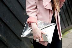 Tendencias street style moda en la calle clutches accesorios bolsos | Galería de fotos 33 de 55 | VOGUE