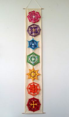 CHAKRAS SET - 7 PIECES, 20 cm Seven little handwoven mandalas inspired by the chakras. off) made with Metta for Anca, camila Wire Crafts, Diy Home Crafts, Crafts To Make, Crafts For Kids, Arts And Crafts, Instruções Origami, Fabric Origami, God's Eye Craft, Diy Dream Catcher Tutorial