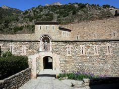 Villefranche-de-Conflent: Porte Saint-Pierre gate leading to Libéria fort; in the Regional Natural Park of the Catalan Pyrenees - France-Voyage.com