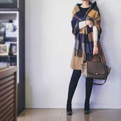 スカートの色とストールの色をリンクさせて。シックなキレイめ装いにもジョンストンズは使えるアイテムです。