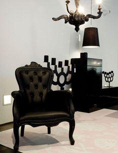 Sillón La Smoked Chair de Maarten Baas para la firma holandesa Moooi debe su nombre a su acabado con fuego, una pieza única que resalta además por sus clásicas y elegantes líneas sinuosas.