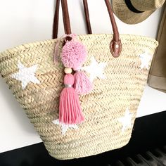 Diy Tote Bag, Beach Tote Bags, My Bags, Purses And Bags, Girl Tribe, Pom Pom Crafts, Vintage Baskets, Handmade Purses, Straw Tote