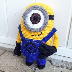 bymami hækle hæklet opskrift gratis freebie minion minions stuart pattern free… Minion Movie, Minion Party, Crochet Dolls, Crochet Hats, Homemade Face Paints, Minion Crochet, Doll Toys, Body Art Tattoos, Body Painting
