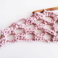 luchtige sjaal haken, voor als het wat afkoelt - Breiclub.nl Crochet Jacket, Crochet Cardigan, Crochet Scarves, Crochet Shawl, Filet Crochet, Crochet Yarn, Crochet Flowers, Crochet Stitches, Vintage Crochet Patterns