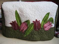 Capa para máquina de costura toda confeccionada em tecido 100% algodão, Toda quiltada. Forrada com algodão crú. Detalhes na aplicação das flores em pintura e caseada à mão. R$ 88,00