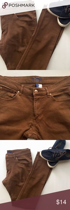 Men's H&M Skinny Jeans Men's H&M Divided Low Waist Skinny Jeans-Brown Denim. Perfect for both the casual V-neck/Chucks and date night with a pair of nice boots! 🙌🏽🤩😍  Size 30 Brown-Skinny: Low Waist 98% Cotton  2% Elastane Divided by H&M Jeans Skinny