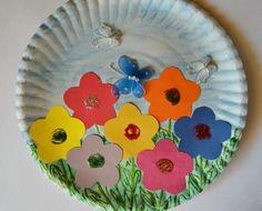 une-assiette-en-papier-décorée-pour-printemps-idée-d-activité-créative-de-printemps-fleurs-multicolores-papillons-collés-bricolage-enfant