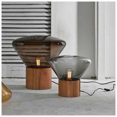 De #Brokis #Muffin Tafellamp, ontworpen door Design Studio, zijn geboren met het idee om eikenhout te combineren met #mondgeblazen glas. Het prachtige ontwerp dat wordt gefabriceerd in Tsjechië straalt één en al kwaliteit en vakmanschap uit. De Muffins serie creëert een unieke sfeer door het gebruik van glas waarmee gevarieerde tonen en tinten de kamer binnenstromen.